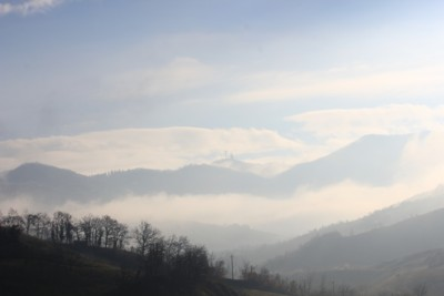 Azzurro, nuvole e nebbia