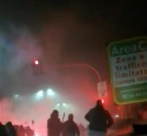 Scontri fuori dallo stadio di Inter-Napoli, partita divenuta nota per i casi di razzismo e violenza